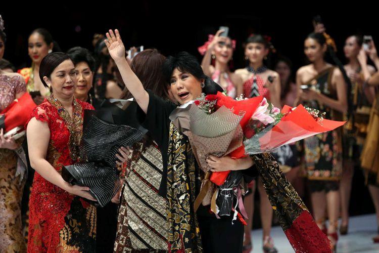 Perancang busana Anne Avantie usai peragaan busana karyanya di Indonesia Fashion Week, Jakarta Convention Center, Jakarta, Kamis (29/3/2018). Peragaan busana dengan tema Sekarayu Sriwedari ini merefleksikan 29 tahun Anne Avantie berkarya sebagai perancang busana.
