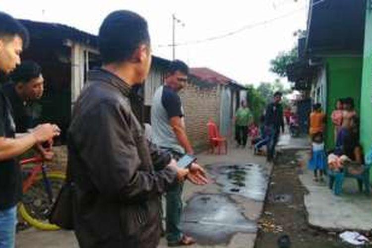 Sejumlah anggota Polresta Medan berada di lokasi penyiraman cairan soda api di Jalan Beringin VII, Gang Sukon, Kecamatan Percut Seituan, Kota Medan, (Selasa (21/6/2016). Polisi melakukan olah TKP guna mengetahui detail aksi penyiraman oleh dua pelaku.