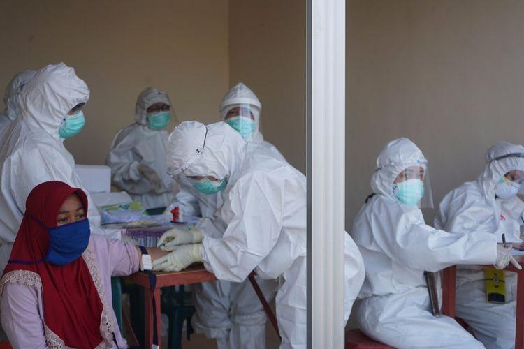 Sebanyak 30 pedagang di Pasar Simo dan Pasar Simo Gunung, Surabaya menjalani tes cepat atau rapid test setelah ditemukan ada dua pedagang berstatus positif Covid-19 dan meninggal dunia, Kamis (7/5/2020).