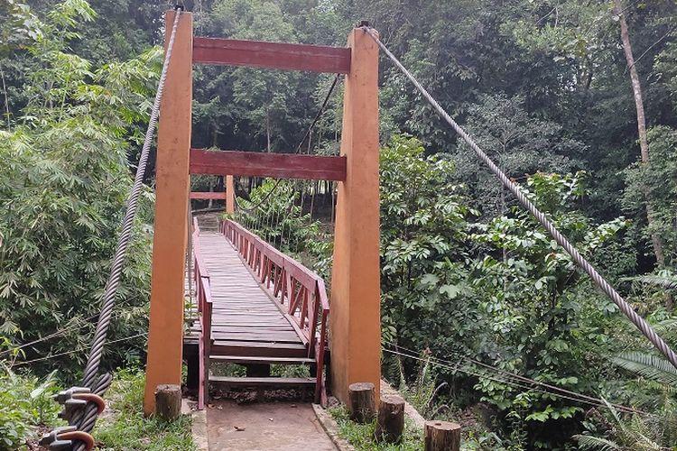 Jembatan Gantung Merah, spot foto pertama yang bisa pengunjung temui di Bukit Peramun, Belitung. Pengunjung bisa merasakan sensasi seperti di zaman dulu dengan berfoto di jembatan ini.