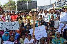 Korban Bom Bunuh Diri di Gereja Pakistan Dimakamkan