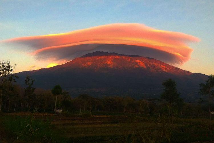 Fenomena Gunung Lawu bertopi awan kembali terjadi pad Kamis pagi. Sejak pukul 05:00 WIB warga Magetan dan sekitarnya bisa melihat pemandangan yang indah saat awan berbentuk topi menaungu Puncak Gunugn Lawu.