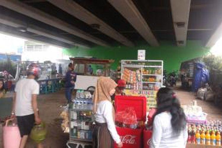 Pedagang kaki lima (PKL) di bawah Jalan Layang Slipi, Kemanggisan, Jakarta Barat, Senin (9/6/2014).