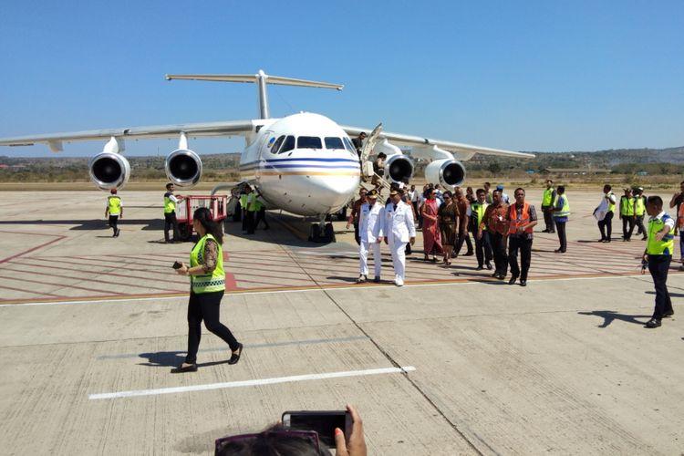 Gubernur NTT Viktor Bungtilu Laiskodat, saat turun dari jet pribadinya di Bandara El Tari Kupang, Kamis (6/9/2018)