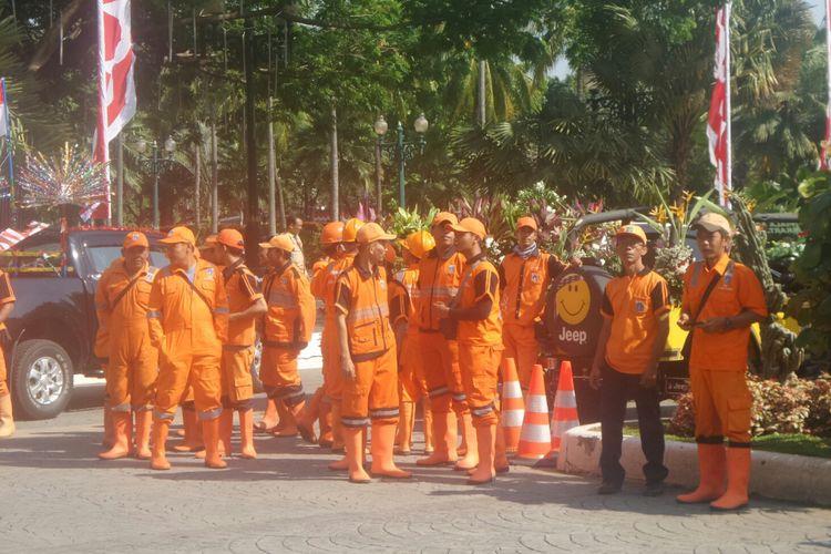 Pasukan oranye dari Jakarta Pusat ikut arak-arakan piala adipura ke Balai Kota DKI Jakarta, Kamis (3/8/2017).
