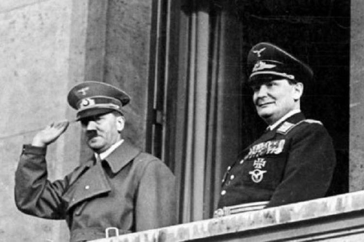 Adolf Hitler dan Hermann Göring di balkon Chancellery, Berlin, Jerman, 16 Maret 1938.