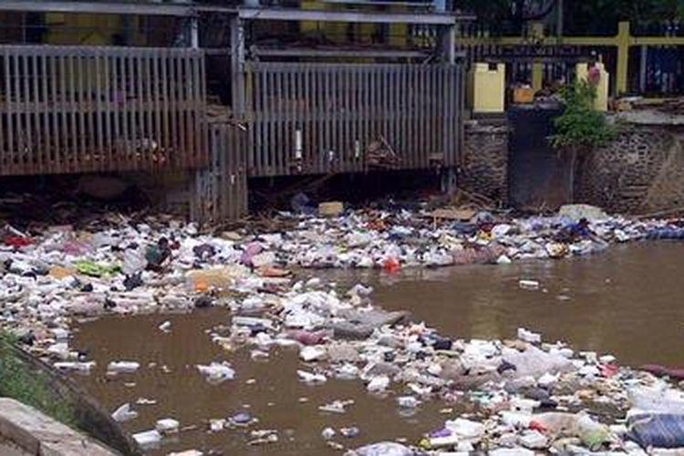 Pascabanjir, aneka sampah menumpuk di pintu air Manggarai, Jakarta Selatan, Kamis (24/1/2013).