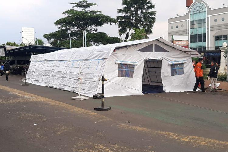 Rumah Sakit Umum Pusat (RSUP) Fatmawati mendirikan sebuah tenda darurat untuk merawat pasien Covid-19.