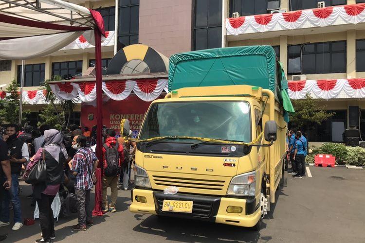 Polisi menyita Truk Fuso bernomor polisi BM 9221 OU yang digunakan untuk mengirimkan narkotika jenis sabu oleh pengedar narkoba jaringan Sumatera-Jawa.