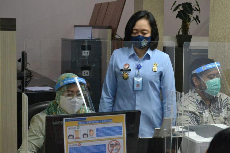 Kepala Kantor Imigrasi Kelas I Non TPI Tangerang Felusia Sengky Ratna (baju biru), Jumat (3/7/2020)