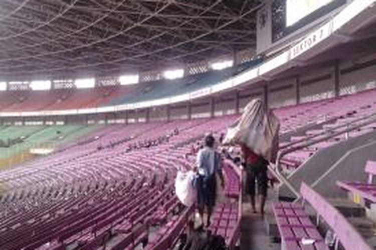 Para pemulung memungut sampah bekas makanan dan minuman sesuai kampanye Partai Gerindra di Stadion Gelora Bung Karno, Minggu (23/3/2014).