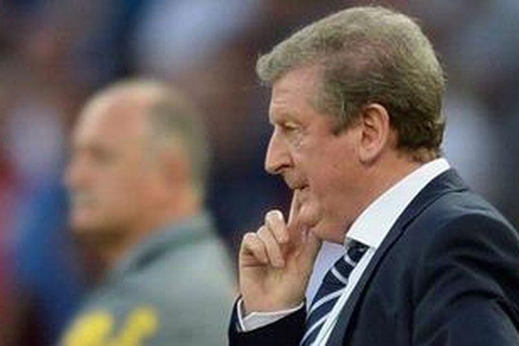 Manajer timnas Inggris, Roy Hodgson, tampak tegang saat menyaksikan timnya bertanding melawan Brasil dalam laga persahabatan di Stadion Maracana, Minggu atau Senin (3/6/2013) dini hari WIB. Laga ini berakhir imbang 2-2.