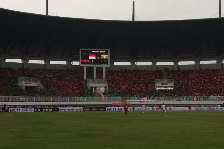Papan skor di Stadion Pakansari, Cibinong, Bogor, yang memperlihatkan kedudukan imbang 1-1 antara Timnas Indonesia U-22 melawan Myanmar, Selasa (21/3/2017).