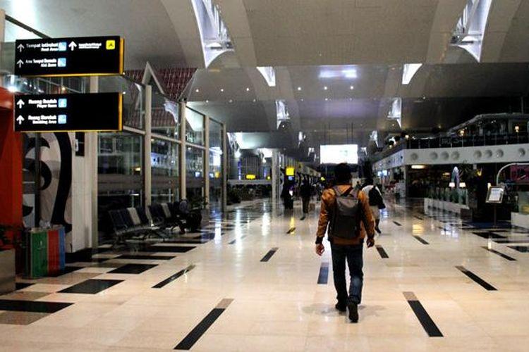 Penumpang berjalan menuju ruang tunggu Gate 8 di Bandara Kualanamu, Medan, Sumatera Utara, Selasa (23/8/2016). Bandara Kualanamu adalah satu pintu masuk wisatawan menuju Danau Toba.