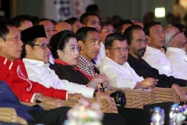 Joko Widodo-Jusuf Kalla didampingi Ketua Umum PKPI Sutiyoso (kiri), Ketua Umum PKB Muhaimin Iskandari, Ketua Umum PDI-P Megawati Soekarnoputri, Ketua Umum Nasdem Surya Paloh, dan Ketua Umum Hanura Wiranto (kanan) saat acara Rakernas II Partai Nasdem di Jakarta Utara, Selasa (27/5/2014).