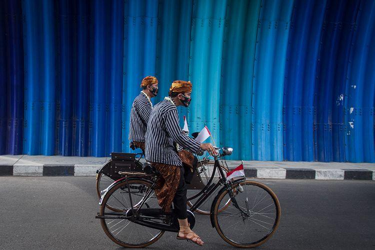 Pasangan bakal calon Wali Kota dan Wakil Wali Kota Solo, Gibran Rakabuming Raka (kanan) dan Teguh Prakosa (kiri) mengayuh sepeda ontel menuju kantor KPU Solo untuk melakukan pendaftaran Pemilihan Wali Kota (Pilwakot) 2020 di Solo, Jawa Tengah, Jumat (4/9/2020). Gibran Rakabuming Raka dan Teguh Prakosa yang diusung PDI Perjuangan resmi mendaftarkan diri ke KPU Kota Solo sebagai pasangan calon Wali Kota dan Wakil Wali Kota pada Pilkada 2020.