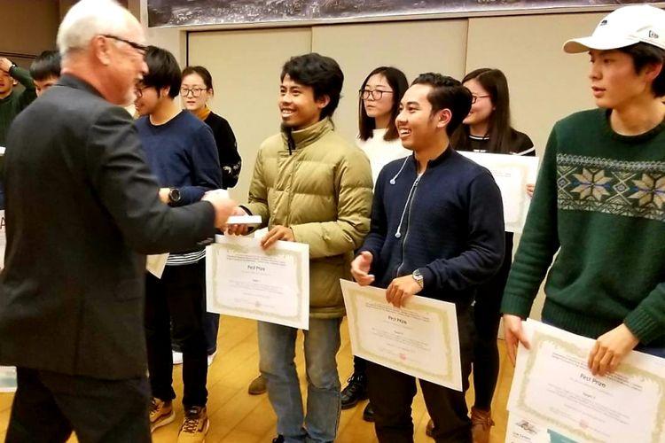 Jamal Abdillah, mahasiswa program studi arsitektur UBL dan tim saat menerima penghargaan Juara I ajang the 8th Asian Institute of Low Carbon Design (AILCD)-International Sudent Design Competition