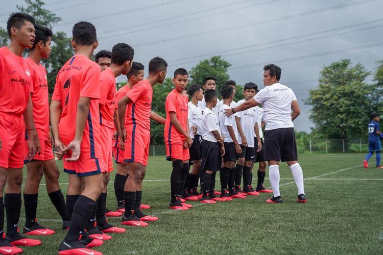 Bima Sakti tampil dalam acara FISIK Football Elite Training.
