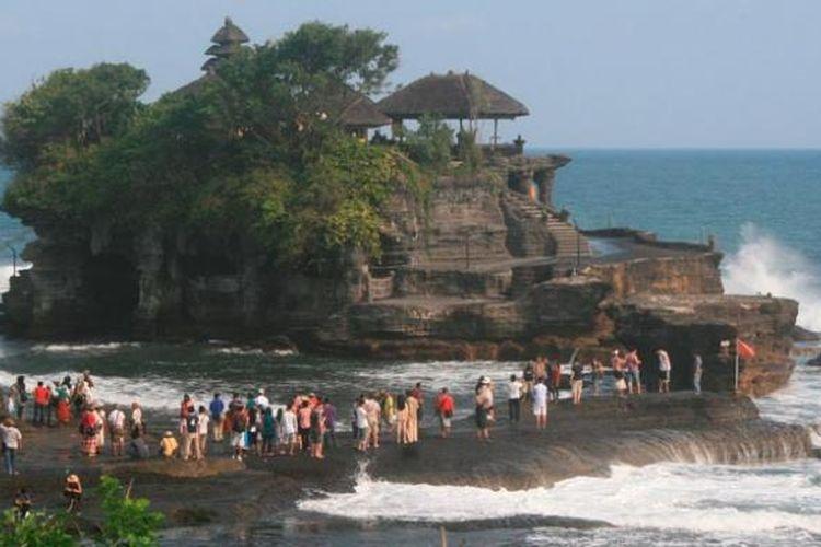 Ratusan wisatawan domestik dan asing menikmati pesona sekitar Pura Tanah Lot, Kabupaten Tabanan, Bali, awal Juni 2012. Obyek ini menjadi salah satu unggulan Pulau Dewata setelah Pantai Kuta di Kabupaten Badung karena letaknya juga berdekatan. Rona tenggelamnya matahari menjadi pemandangan tak terlupakan di Tanah Lot.