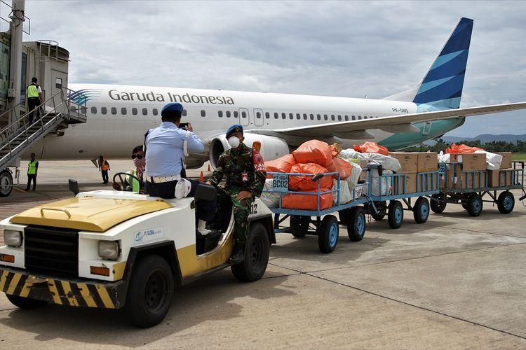 Prajurit TNI mengawal kardus berisi alat pelindung diri (APD) setibanya di Bandara Haluoleo, Kendari, Sulawesi Tenggara, Minggu (29/3/2020). Sebanyak 1.800 buah alat pelindung diri (APD) bantuan dari Gugus Tugas Nasional COVID-19 tiba di Kendari untuk nantinya akan didistribusikan ke rumah sakit rujukan. ANTARA FOTO/Jojon/pras.