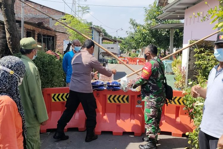 Suasana pemberlakuan karantina wilayah secara mikro di lingkungan Kelurahan Tamanan, Kota Kediri, Jawa Timur.