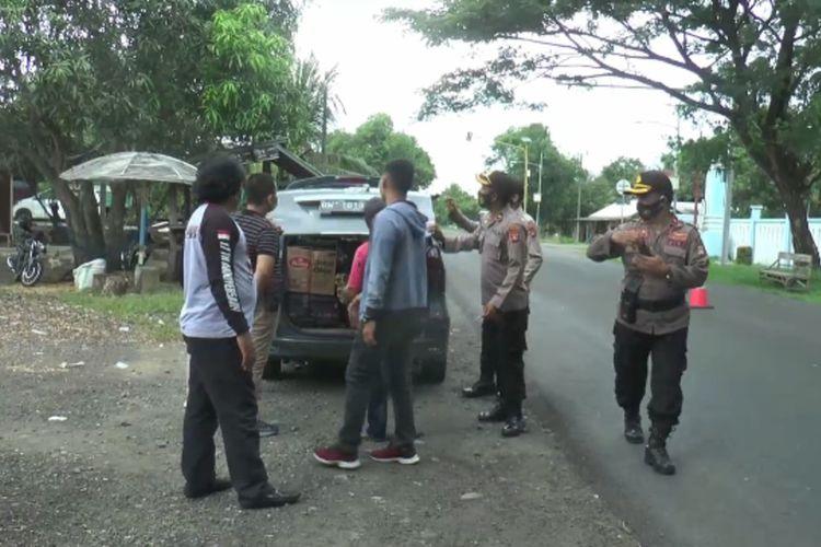 Polisi menggelar razia di perbatasan Sulawesi Selatan dan Sulawesi Barat. Hal ini dilakukan pasca terjadinya bom bunuh diri di depan Gereja Katedral Makassar, Minggu (28/3/2021).