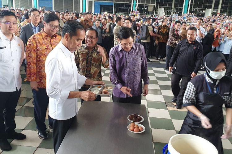 Presiden Joko Widodo meninjau sebuah pabrik sepatu di kawasan Cikupa, Kabupaten Tangerang, Banten, Selasa (30/4/2019). Usai peninjauan, Jokowi makan siang bersama para buruh.