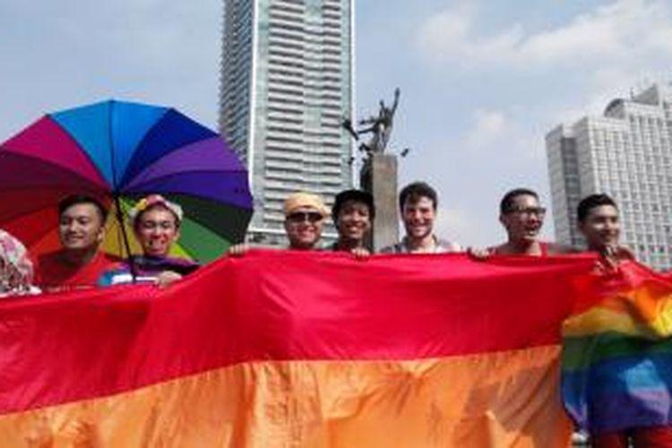 Aktivis LGBT menggelar aksi peringatan Hari Internasional Melawan Homofobia dan Transfobia di Bundaran Hotel Indonesia, Jakarta (17/5/2015).