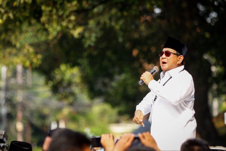 Calon presiden Prabowo Subianto melakukan orasi untuk para pendukungnya seusai mendaftarkan dirinya di Gedung KPU RI, Jakarta, Jumat (10/8/2018). Pasangan Prabowo-Sandi secara resmi mendaftar sebagai calon presiden dan wakil presiden tahun 2019-2024.