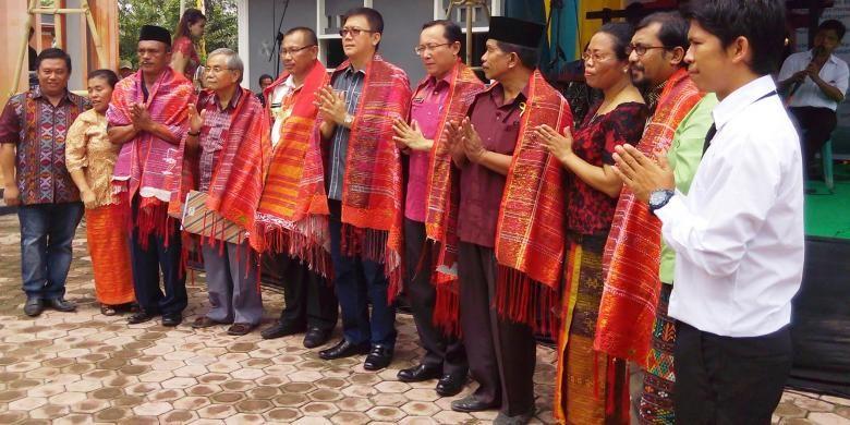 Para deklarator Kota Medan Kota Inklusi diulosi dan diajak manortor pada Pesta Rakyat Pemuda di Medan, Sumatera Utara, Senin (30/5/2016).