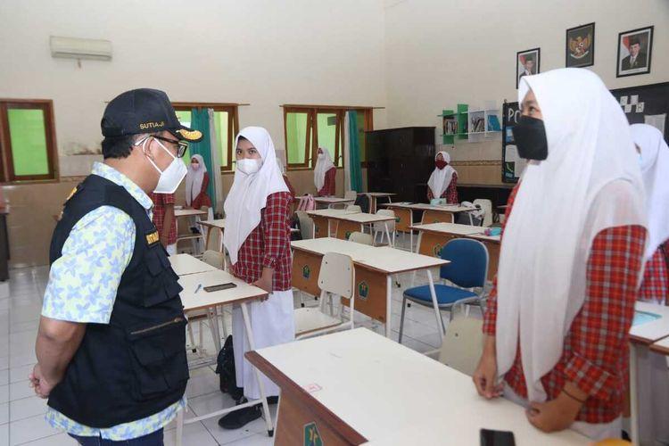 Wali Kota Malang Sutiaji saat melihat penerapan pembelajaran tatap muka di SMPN 5 Kota Malang, Rabu (8/9/2021).