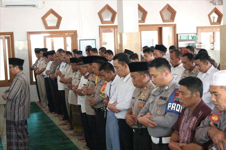Shalat Ghaib dan doa bersama untuk tokoh Nahdlatul Ulama (NU), KH. Maimoen Zubair, dilaksanakan di Masjid Mapolres Jombang Jawa Timur, Selasa (6/8/2019).
