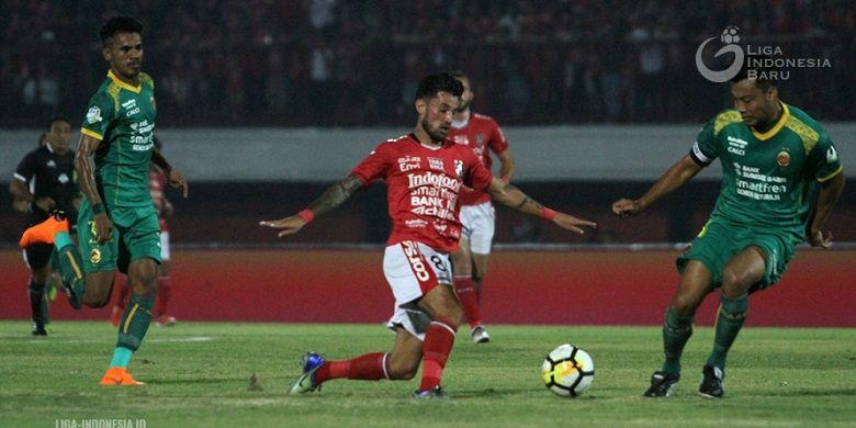 Pemain Sriwijaya FC, Hamka Hamzah, sedang berusaha merebut bola dari pemain Bali United, Stefano Lilipaly, pada pertandingan pekan ketujuh Liga 1 di Stadion I Wayan Dipta (5/5/2018)