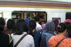 Suasana Stasiun Depok akibat KRL Mogok
