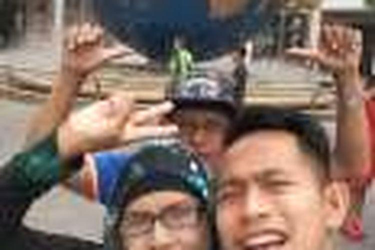 Pemain sayap timnas Indonesia, Andik Vermansah (kiri), berlibur bersama ibunya, Jumiah, di Singapura.