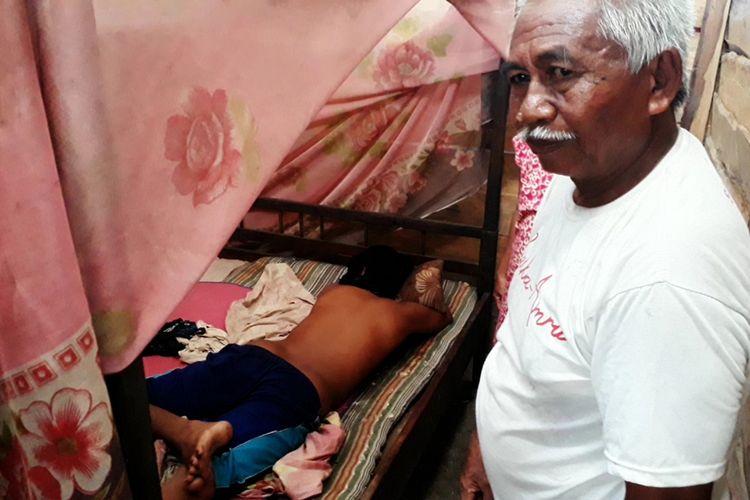 Saldi hanya bisa telungkup karena gangguan jiwa dan kondisinya kini lemas setelah bertahun tahun dipasung, di rumahnya di Desa Lare-lare, Kecamatan Bua, Kabupaten Luwu, Sulawesi Selatan. Kamis (28/11/2019)
