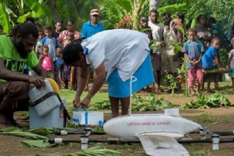 Perawat lokal Miriam Napil menyiapkan vaksin yang dibawa menggunakan drone di Pulau Cooks Bay, Vanuatu. Sebelum adanya drone, vaksin harus dibawa dalam perjalanan yang memakan waktu hingga berjam-jam.