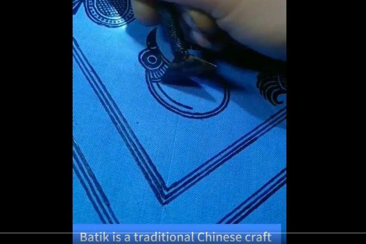 Video berdurasi 49 detik yang diunggah media pemerintah China, Xinhua News, di Twitter menyebut batik adalah kerajinan tradisional China.(TWITTER @XHNews)