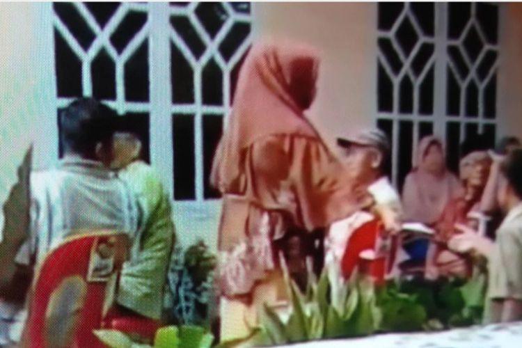 Beredar video relawan pasangan calon Bupati dan Wakil Bupati Bulukumba nomor urut 4, Muchtar Ali Yusuf dan Andi Edy Manaf, membagikan amplop kepada masyarakat di DesaBorong, Kecamatan Herlang, Kabupaten Bulukumba, Sulawesi Selatan. Sabtu (14/11/ 2020).