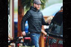 Tampilan Sederhana Pangeran Harry Saat Berbelanja ke Toko Makanan