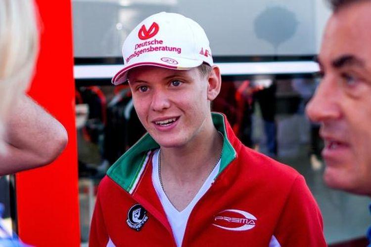 Pebalap Jerman, Mick Schumacher, yang merupakan anak Michael Schumacer, berada di pit Hockenheimring, Jerman, 30 Juli 2016, saat sesi kualifikasi GP Jerman.