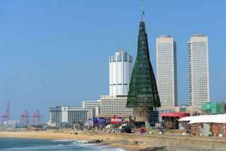 Pohon natal tertinggi di dunia berdiri di Sri Lanka.