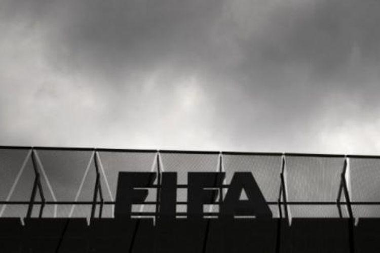 Logo FIFA di atap markas badan sepak bola dunia di Zurich, Swiss, Rabu (27/5/2015).