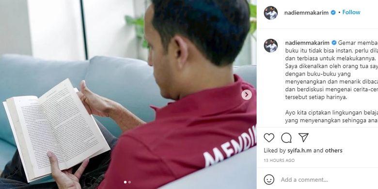 Tangkapan layar Mendikbud Nadiem Makarim sedang membaca buku di waktu senggangnya.