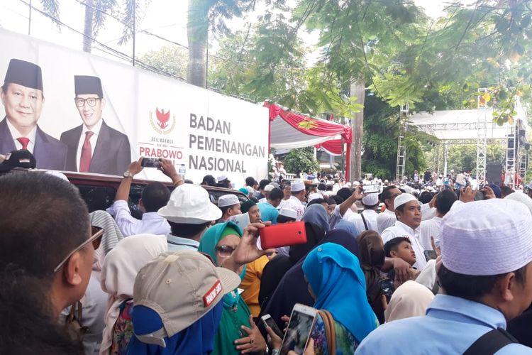 Massa pendukung berkumpul di depan rumah Prabowo Subianto, Jalan Kertanegara, Jakarta Selatan, Jumat (19/4/2019).