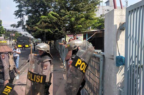 Warga KS Tubun Bagikan Air Minum untuk Polisi yang Halau Massa