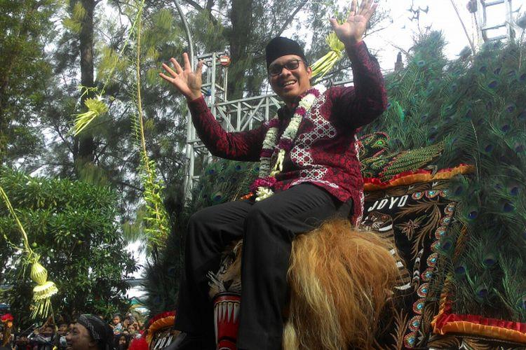 Bupati Kulon Progo Hasto Wardoyo menaiki kepala Barongan (Dadak merak) penari Reog Ponorogo asal Jawa Timur. Bupati Hasto sempat menari sesaat di atas barong itu.