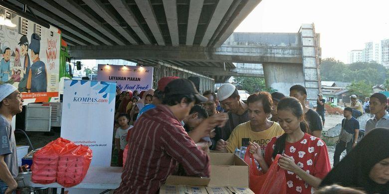 Masyarakat berbondong-bondong serbu menu buka puasa di Jalan Flyover Cilitan, Jakarta Timur, Kamis (23/5/2019).