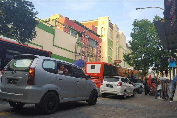 Parkir liar di sekitar Pasar Tanah Abang Blok F dan Blok G, Rabu (29/5/2019).