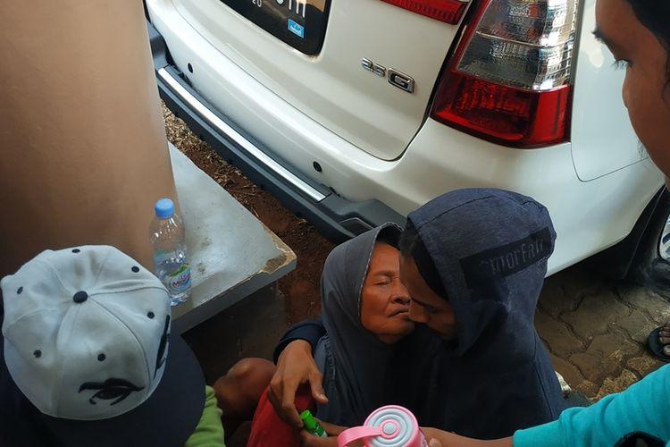 Sukiyati (66), korban gusuran Pekayon-Jakasetia pingsan ketika unjuk rasa di kantor BPN Kota Bekasi, Rabu (11/9/2019).